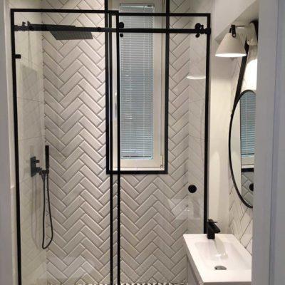 klinkier w jodełkę; biało czarne trójkąty; stylowa łazienka; okno w prysznicu;