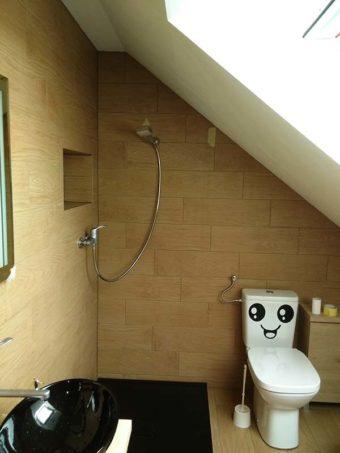 Kabiny prysznicowe w łazience na poddaszu