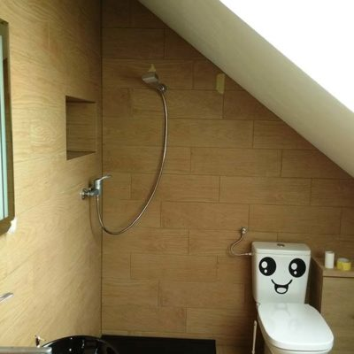 łazienka na poddaszu; czarny konglomerat; czarna umywalka