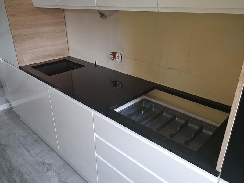 Panel szklany miedzy szafkami do kuchni